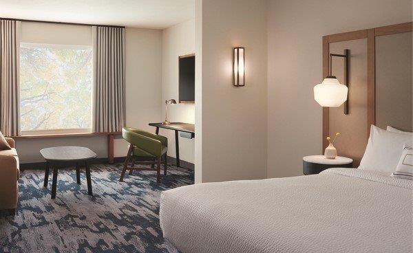 Intérieur de la chambre d'hôtel avec lit et coin salon